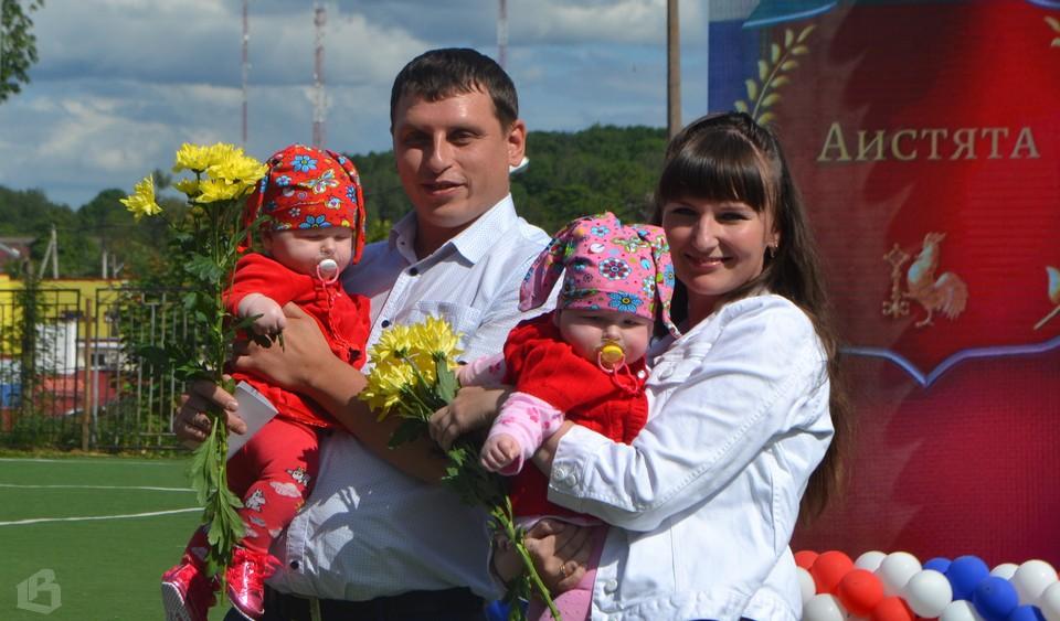 Александр, Лариса Соврасовы и их дочери - Арина и София