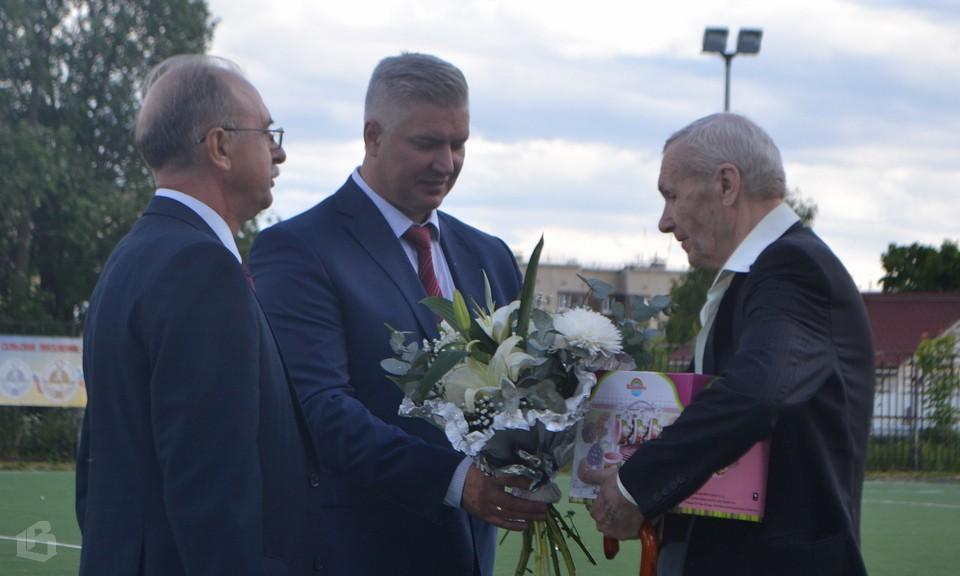 Владимир Курносов и Сергей Тищенков поздравляют Владимира Иванова с 60-летием семейной жизни