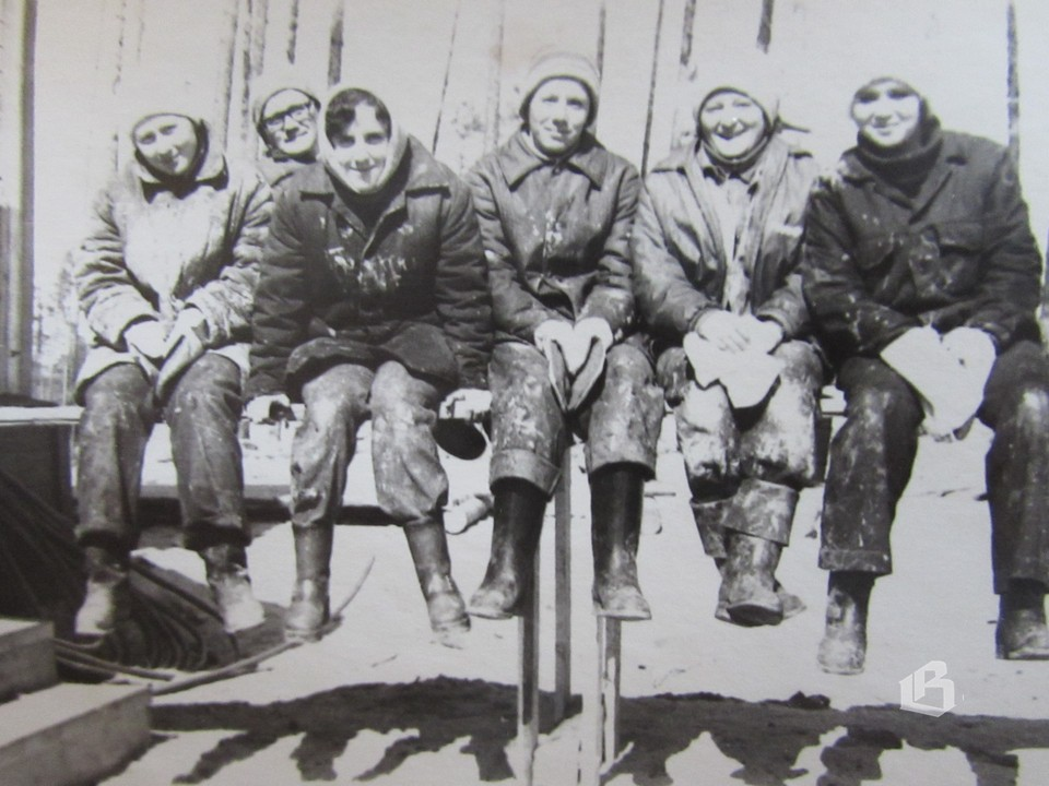 Бригада отделочниц отдыхает (Надя – вторая слева)