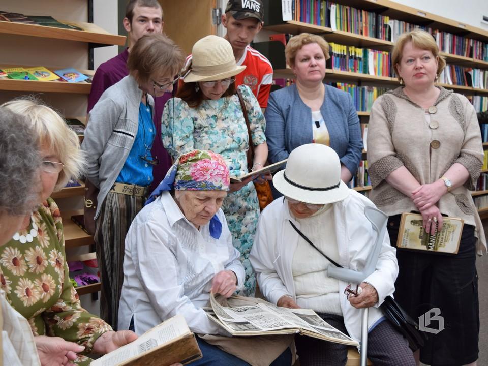 Первые посетители выставки смогли не только услышать о представленных экспонатах, но и полистать некоторые из них