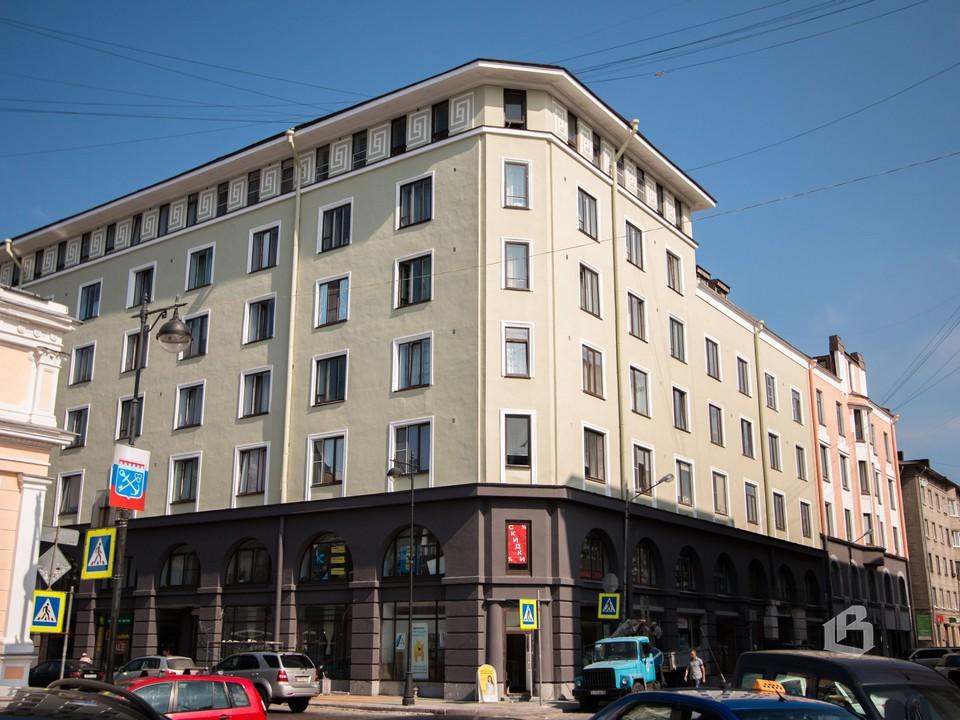 Отреставрированный фасад жилого дома на проспекте Ленина