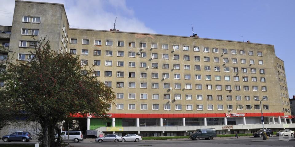 В Выборге реконструкция лифтового оборудования началась в подъездах многоквартирного дома на пр. Ленина, 38