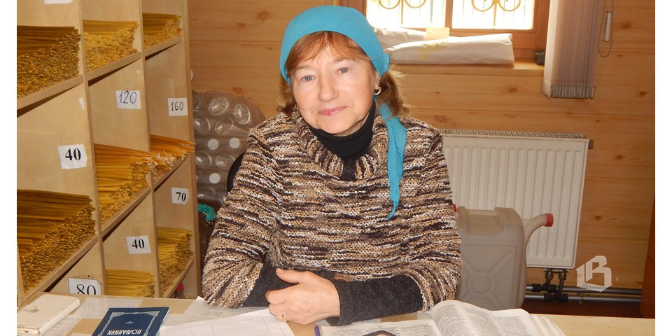 Любовь  Самуйлова  продает свечи  и иконки, принимает записки на молитвы