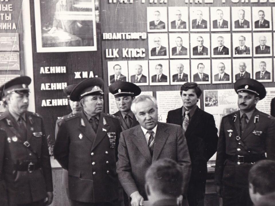 Первый секретарь Ленинградского обкома КПСС  Георгий Романов проверяет бытовые условия  военнослужащих