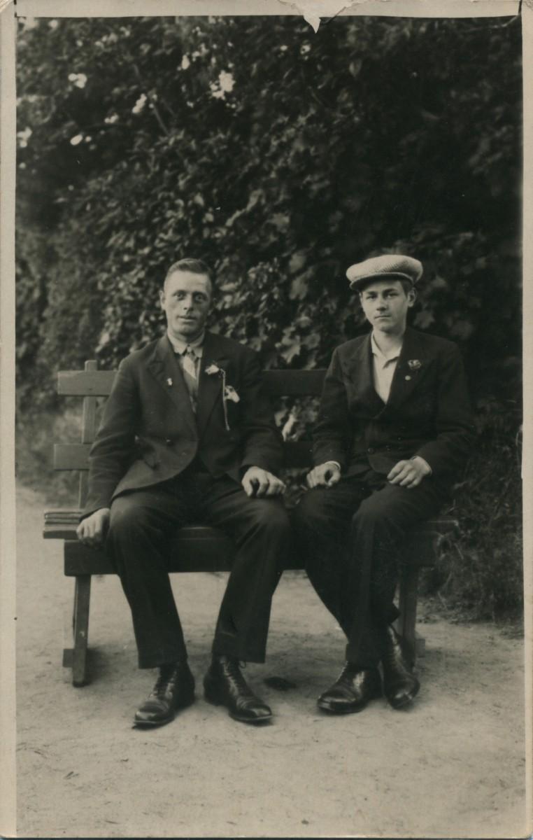 На снимке Т. Худова. Его сын Михаил (справа) и посетитель парка, 1936 г.