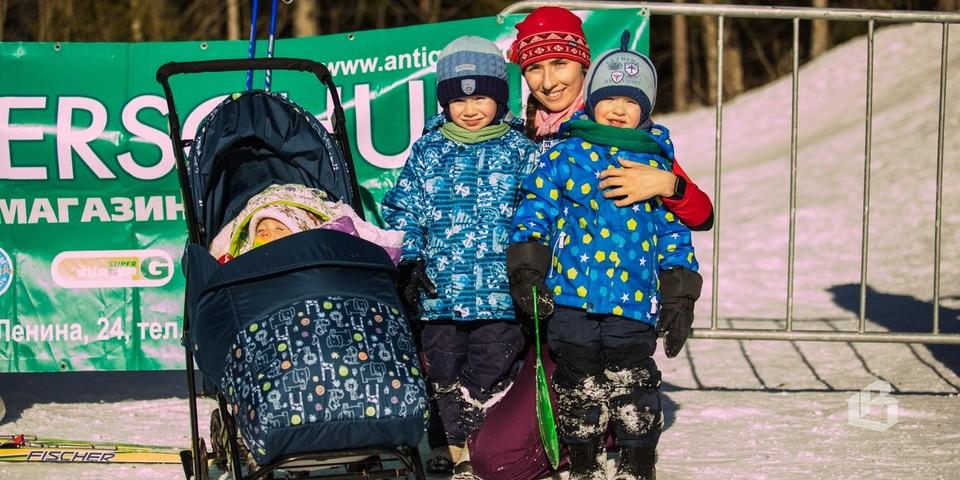Анастасия ИЩУК со своими детками Ваней, Сашей и Саввой. Папа с детьми ждали, пока мама пройдёт  дистанцию!