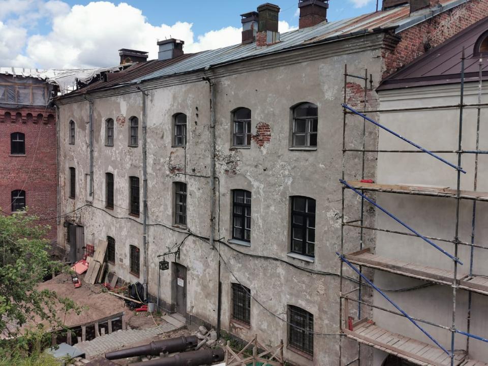 В бывшем здании тюрьмы располагались до реставрации администрация музея-заповедника и фондохранилище