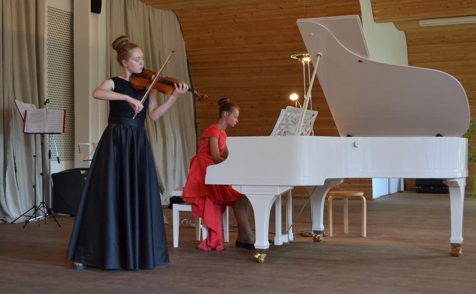 Камерный ансамбль: Василиса Тесёлкина (скрипка) и Ева Кальцанова (фортепиано)