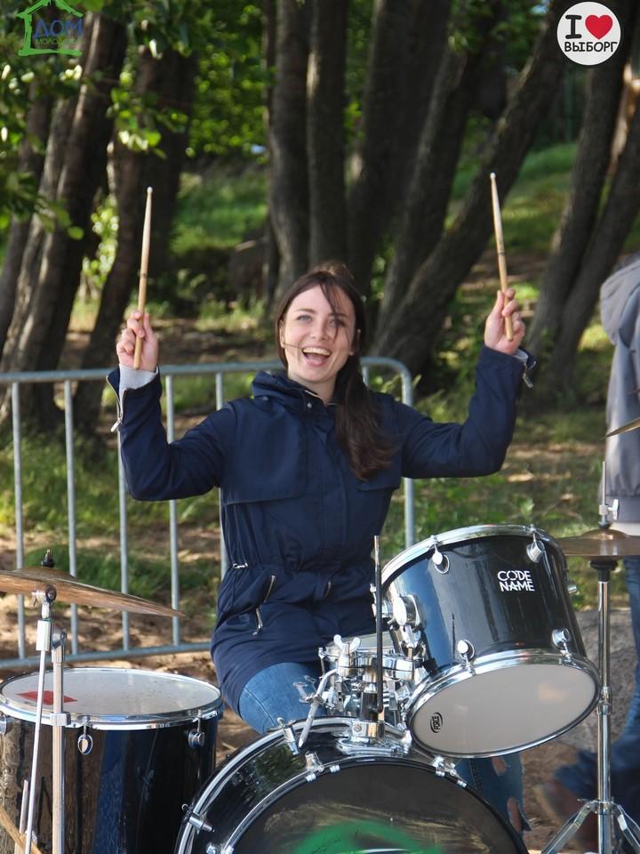 Под руководством  музыкантов  из команды  «CodeName»  обучение  игре  на барабанах –  одно  удовольствие!