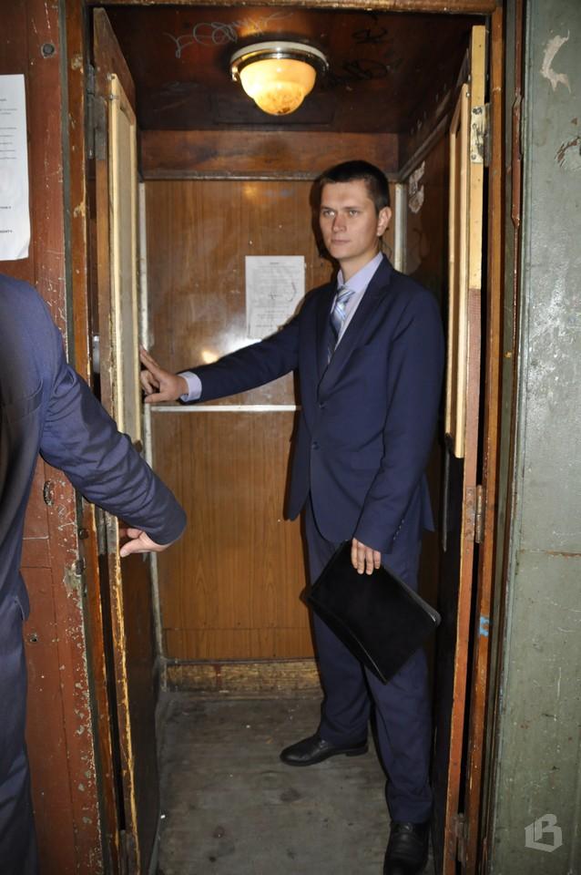 В Выборге ведут замену лифтов в домах