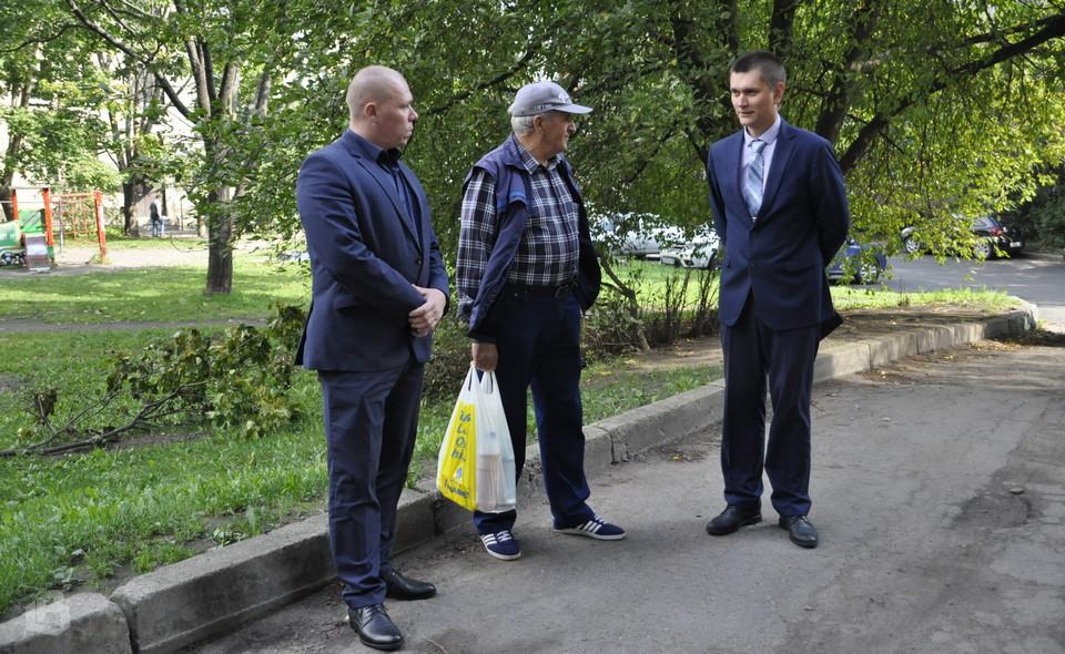 Антон Дёмкин и Виктор Гришкин с жителем дома в Выборге