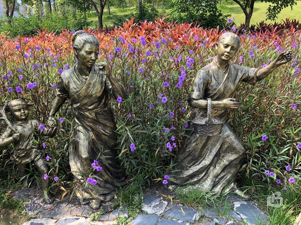 Скульптуры, цветы и растения – часть проекта по созданию экологически чистой реки